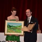 Pasqualino Bongiovanni riceve l'opera della pittrice Manuela De Sanctis